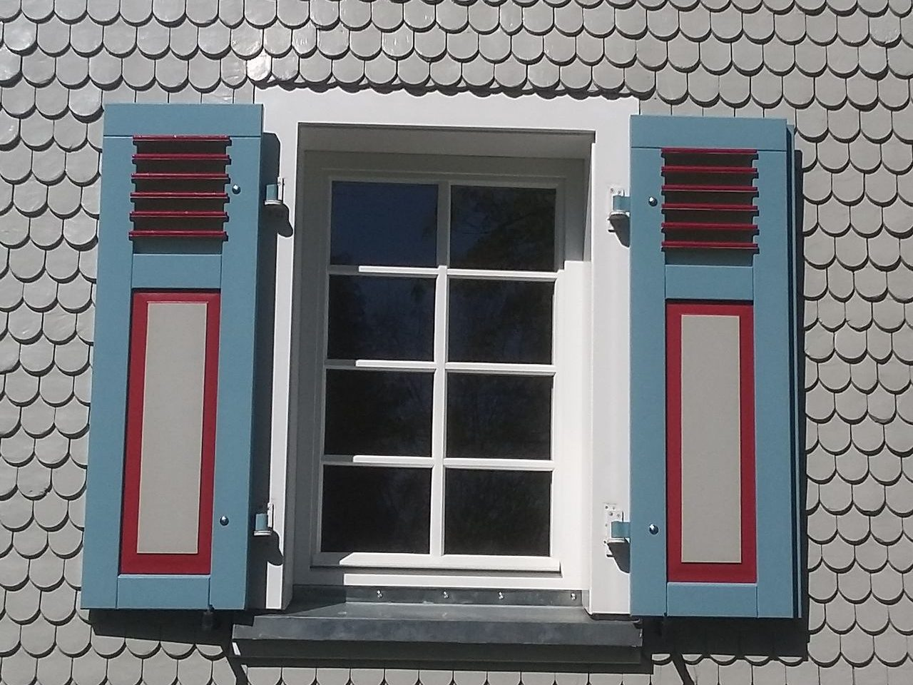 Holzklappladen in blau, rot u. weiss