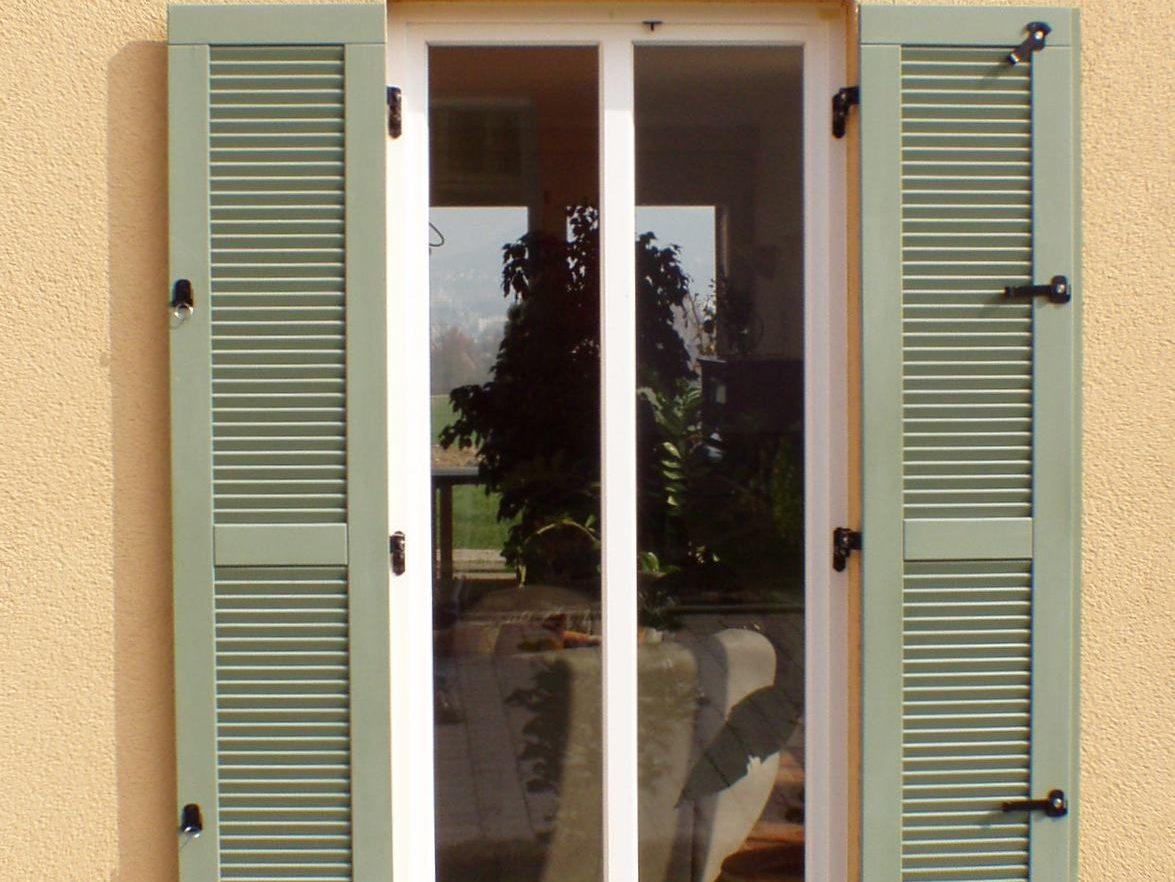 Holzkläppläden an einem großen Fenster